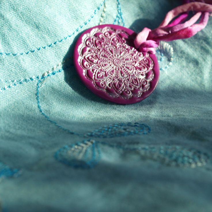 Náhrdelník - růže Fimo korálek o průměru 4cm. Základ je růžová placka s otiskemstříbrného pudru. Krepsaténová šňůrkarůžovofialové barvyje 42cm dlouhá. - polymer by teruberu