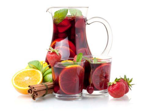1 bt. vino tinto frutoso  1 lata refresco de limón  ¼ taza jugo de limón  ½ taza vodka  2 limones rebanados  1 manzana picadita  ¼ taza frutillas  Hielo picadito  Mezclar todo y servir!