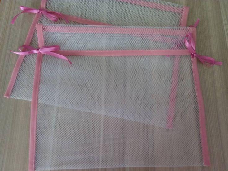 Saquinhos em filó para organizar as roupas do bebe pra levar na mala da maternidade. Deixe tudo lindo para a chegada do seu bebe.  Medidas: 30 cm de largura x 26 cm de altura.  Vendido por unidade.