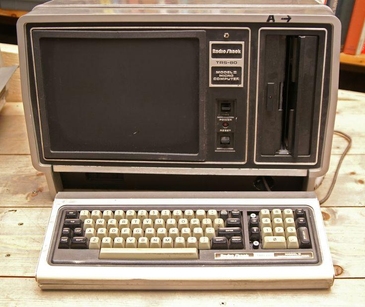 Probabil că una dintre cele mai importante date din istoria calculatoarelor a fost anul 1936. Atunci a apărut primul computer. A fost creat de către Konrad Zuse și se numea Z1. Această mașinărie a fost unul dintre primele sisteme care se puteau programa.