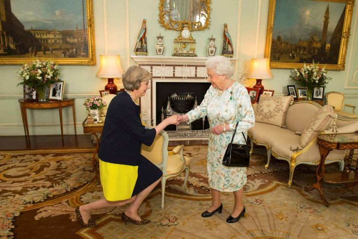 La líder del Partido Conservador británico, Theresa May, a su llegada al palacio de Buckingham donde ha recibe de la reina Isabel II el encargo de formar gobierno como nueva primera ministra del Reino Unido, el 13 de julio de 2016.