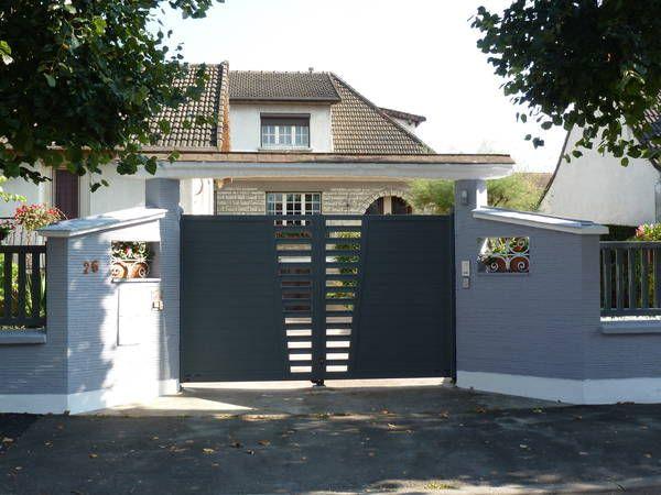Ce portail battant design se marie très bien avec cette maison classique. Une modernité affirmée avec style !  Ce portail alu peut être adapté avec de la tôle perforée ou pleine. ALGA 3, collection Révélation, Horizal http://www.lesportaliers.com/portail/photo-portail-alu-battant-alga3-coloris-gris-montants-droits,276.cfm