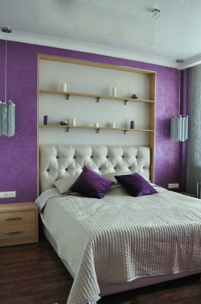 déco chambre adulte avec un grand lit et étagères de rangement en bois