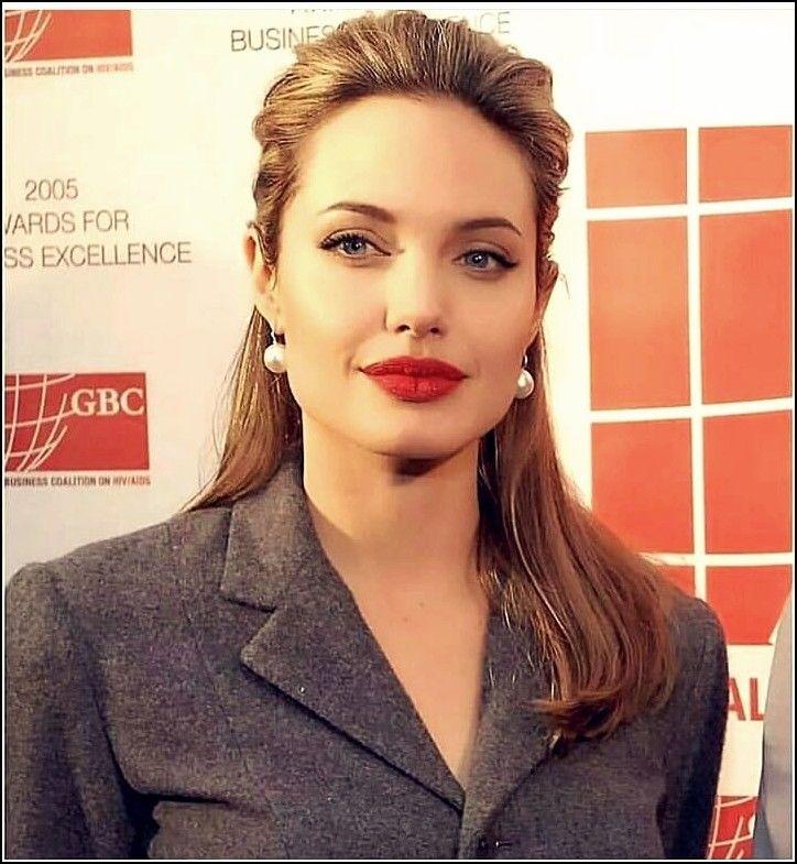 25 Interessant Und Schon Frisuren Von Angelina Jolie Trend Bob Frisuren 2019 Angelina Jolie Frisuren Lockiger Dutt