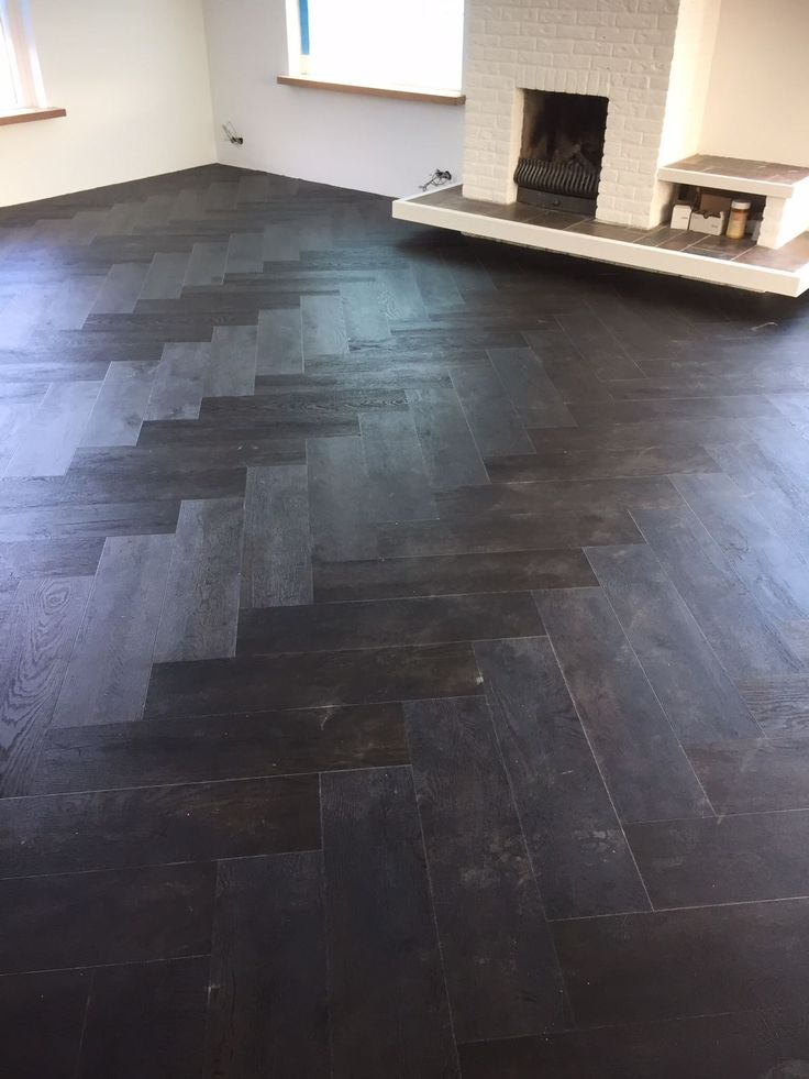 Deze net gelegde visgraat PVC vloer van Moduleo moet nog schoongemaakt. Wat een super mooie vloer!
