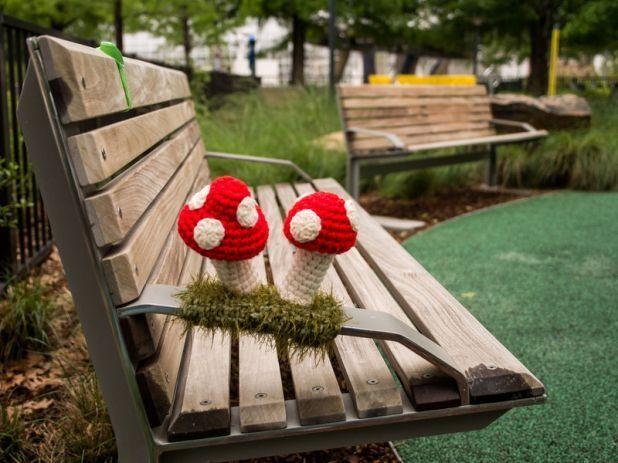 Crochet Mushroom Yarn Bomb Totally AWESOME! Bymyriadgardens http://restreet.altervista.org/guerrilla-knitting-la-street-art-delle-casalinghe/