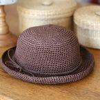 「こじんまりラフィア風ハット(つば狭・浅型)」街ユースな、つば狭・浅型タイプのこじんまりとした帽子を作ってみました。 頭まわり54cmくらいで、マニラヘンプの糸で編んでいます。 この帽子のテーマは、いろいろなアレンジができること。写真のようにリバティのバイアス布で飾ったり、形を変えたりしても♪ レース糸で編んだブレードをつけたり、コサージュをつけたりしてもいいかなと思います。 [材料]並太くらいのマニラヘンプ糸