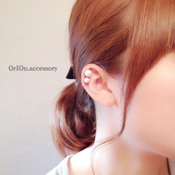 two pear earcuff.8mmと6mmのコットンパールを飾りつけた、シンプルでつけやすいイヤーカフです。※写真は右耳用です。左耳用をご希望の方は ご注文の際にご記入お願いします☆【Material】 コットンパール 【size】 全体約2cm