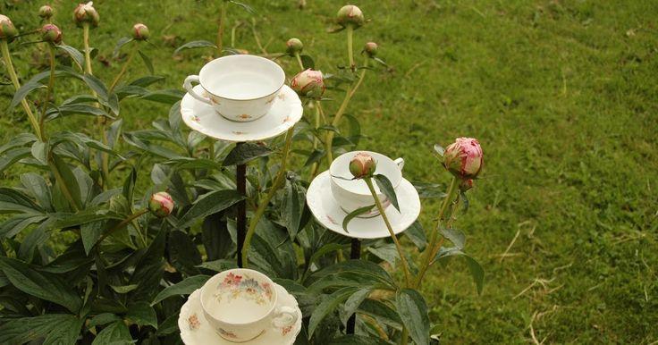Så där, nu finns det nya fågelbad i trädgården, eller ska jag skriva kaffebad? Loppisfynd, armeringsjärn och silikonlim är roligaste trädgår...