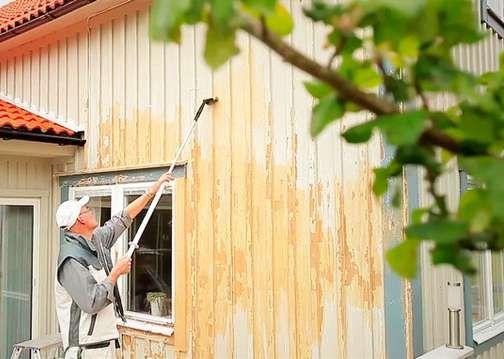 BRA SÅ-GÖR-DU-FILMER OM ATT MÅLA HUSFASADEN: Ska du renovera utsidan på huset är det hög tid att börja planera. Nedan hittar du länkar till bra filmer som visar hur du går till väga! Färgföretagen Anza och Beckers har gjort smarta filmer om hur du underhåller din fasad, målar fönster och underhåller terrassen. 5 TIPS – SÅ HÅLLER FASADEN LÄNGRE 1. Tvätta huset vartannat år så minskar du risken för alger och mögel radikalt. 2. Beskär eller flytta ut täta buskar från fasaden så att sol och vind…