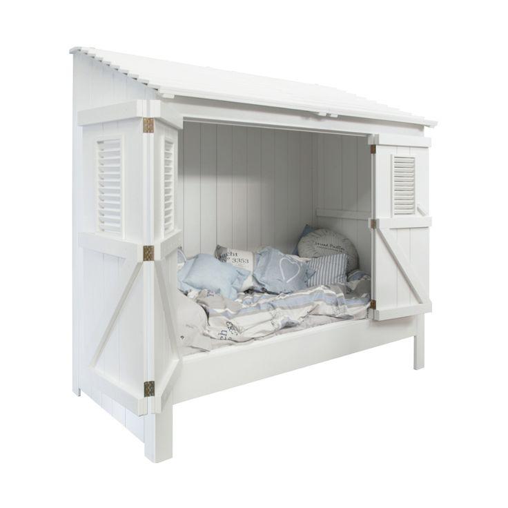 Het lijkt net of deze bedstee zo van het strand op jouw kamer is weggezet. Als je kind gaat slapen kunnen de deurtjes dicht, zodat je kind het niet koud heeft.