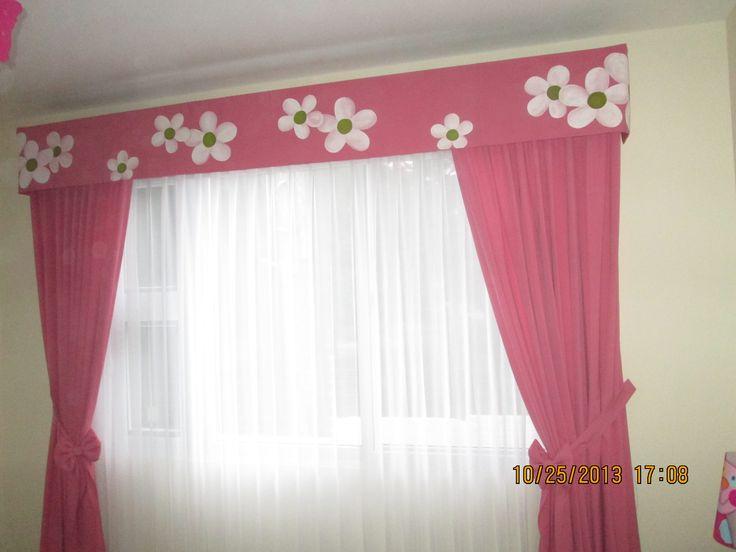 Cortinas para dormitorio de niña.  La cenefa tiene pintado a mano el diseño de flores.