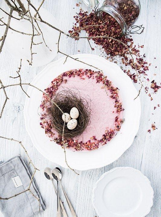 (Raspberry mousse cake with chocolate and licorice bottom à la raw, paleo & vegan)  Följ Scandinavian Wellness påInstagramochFacebook♥  Glad påsk alla! Vad ska ni hitta på i påsk? Ska ni…