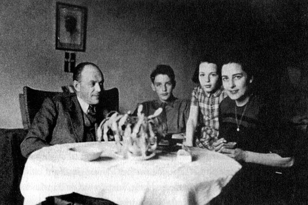 I september 1943 tar den tyska ockupationsmakten ett hårdare grepp om Danmark. Tyskarna kräver att landets judar ska skickas till koncentrationsläger. Planerna läcker dock ut och tusentals människor bestämmer sig för att hjälpa judarna – till och med tyskarna hjälper dem att fly.