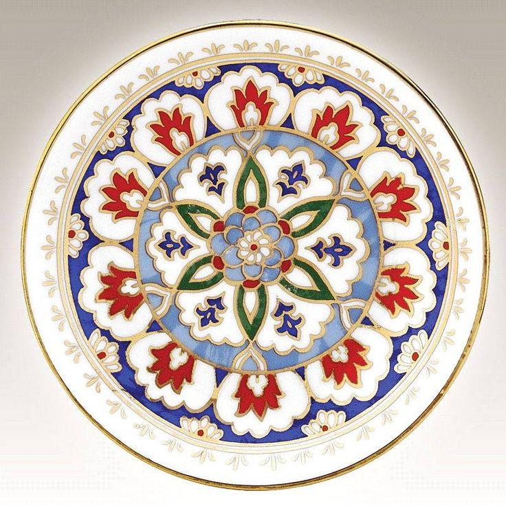 Tam merkezde yer alan çiçeğin etrafında büyüyerek gelişen motif kullandığı simetri ile tek motif görüntüsüne sahiptir