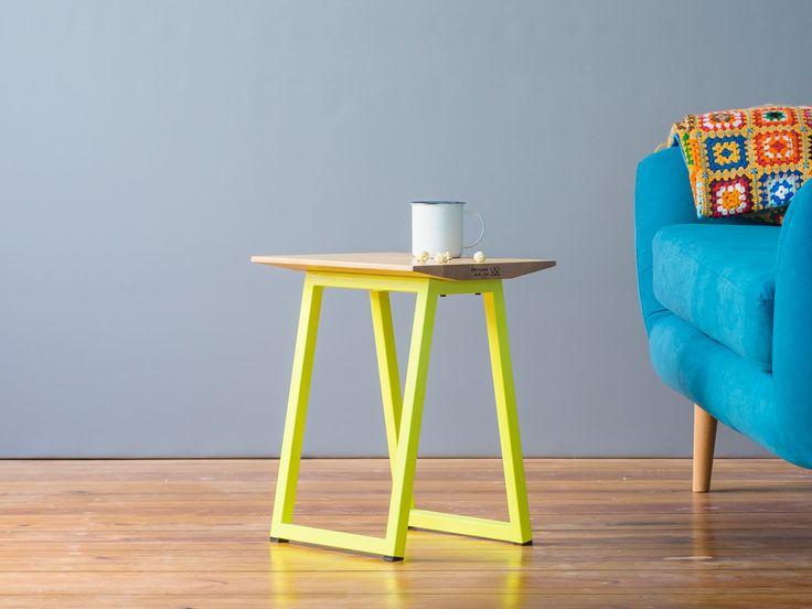 """… als Nachttisch, Beistelltisch, Fußablage, Trittleiter oder als klassische Sitzgelegenheit, unser Hocker ist einfach ein Hocker, wie man ihn haben möchte: Vielseitig, kompakt und bildschön.  Der Hocker ist in allen """"Sweet Samurai"""" – Farben erhältlich und passt auch sonst ausgezeichnet zum Rest der Familie. Mit massivem Buchenholz & beschichtetem Stahl, hält das Möbel ein …"""