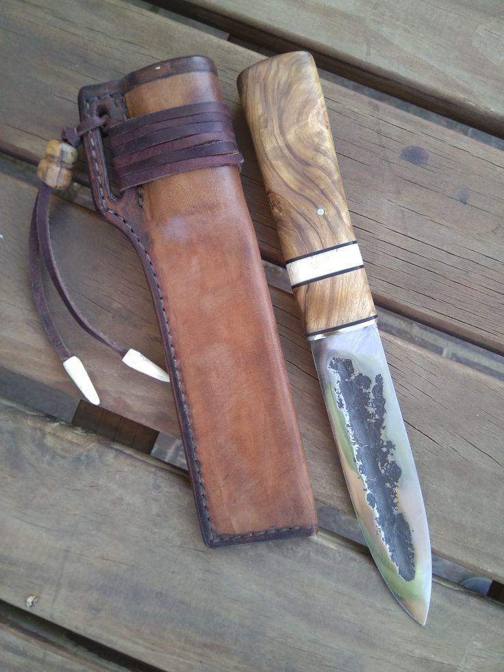 Cuchillo Yakut forjado de una ballesta de todoterreno, encabado en raíz de olivo y cuerno de ciervo pulido y funda en cuero de cuello de ternera
