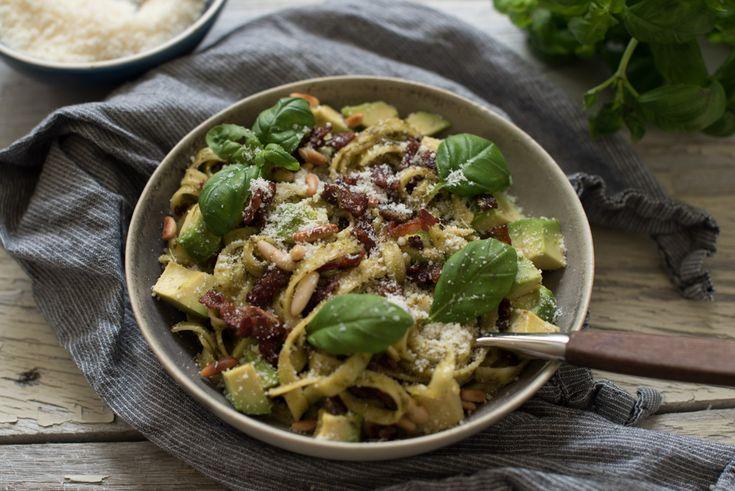 Pasta med pesto, bacon og avokado er rask og enkel middag som er ferdig på femten minutt. Digge smakar som passar godt i lag.