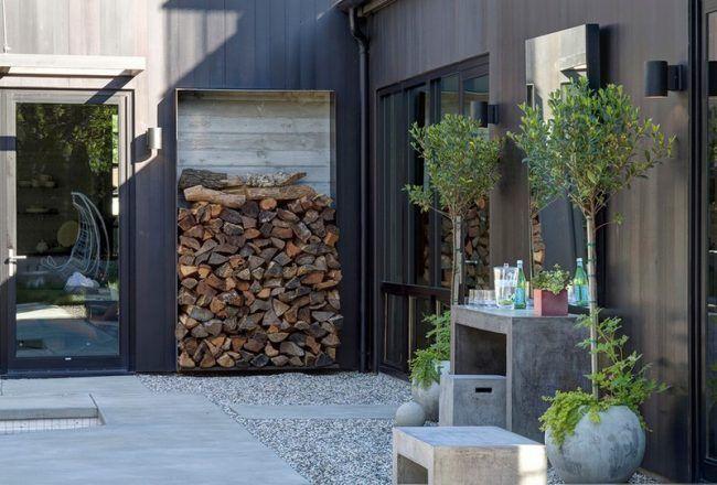Brennholz-lagern-draussen-Kiesboden-Rhododendron