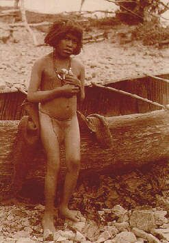 chico junta a la canoa. Yamana, Chile (Expedición Científica Francesa, 1882)