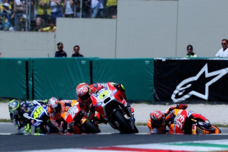Marquez crashes out behind, Iannone, Pedrosa, Rossi, Italian MotoGP 2015