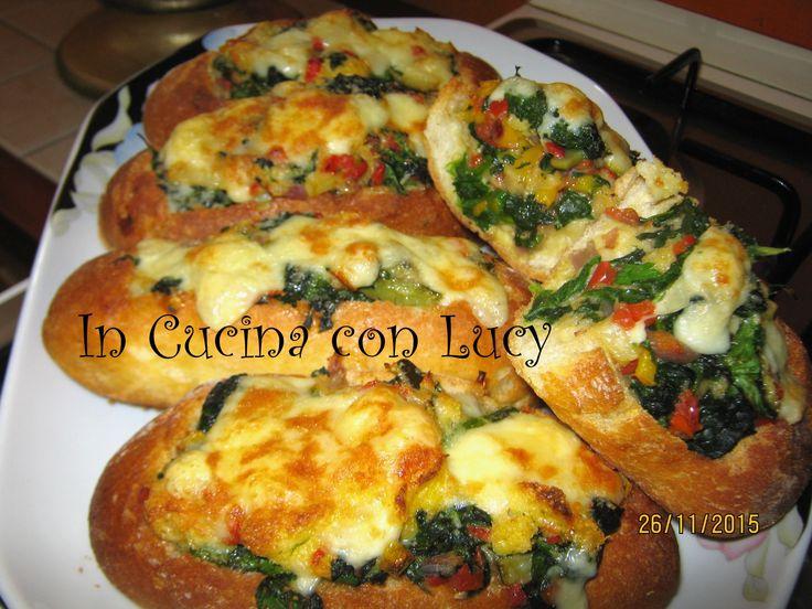 Panini al forno con verdure e formaggio filante.