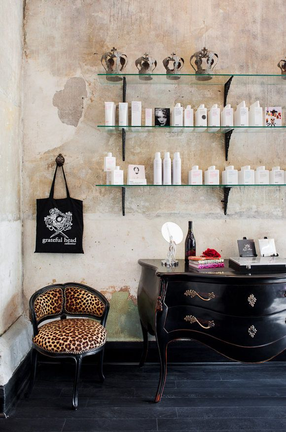 un salon de coiffure au style glam 39 rock glam rock salons de coiffure et le style. Black Bedroom Furniture Sets. Home Design Ideas