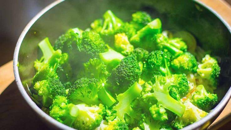 Broccoli cotti con aglio e salsa di soia, contorno per pollo al limone