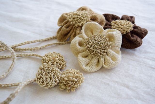 リノテキスタイル  商品名 【タッセル 花マグネット】  ¥1,900(税込) 色 バニラ カフェオレ ココアブラウン カーテンを束ねるためのタッセルです。 マグネットで止めるタイプなので、賃貸の方にもとっても便利なタッセルです。 お花のサイズは直径約 8cm お花部分を含んだ全長は約50cmです。#リノテキスタイル #リネン #タッセル#リネンカーテン #コットン #自然素材