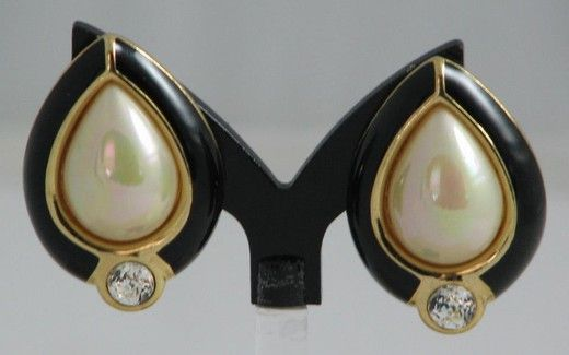 Винтажные клипсы. Металл, эмаль, кристаллы, имитация жемчуга. Марка Christian Dior, Франция, 1970-е гг. #vintage #jewellery #jewelry #trendy #style #chic #women #gift