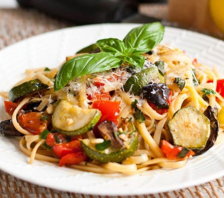 I Tagliolini freschi primavera si cucinano dorando aglio e cipolla in padella incorporandovi quindi tutte le verdure a cubetti stufandole senza coper...