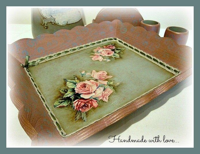 Πιατελίτσα σε συνδυασμό αποχρώσεων του μπορντό και του πράσινου, με εφέ παλαίωσης με πατίνες και δυο όμορφα μπουκέτα τριαντάφυλλα.