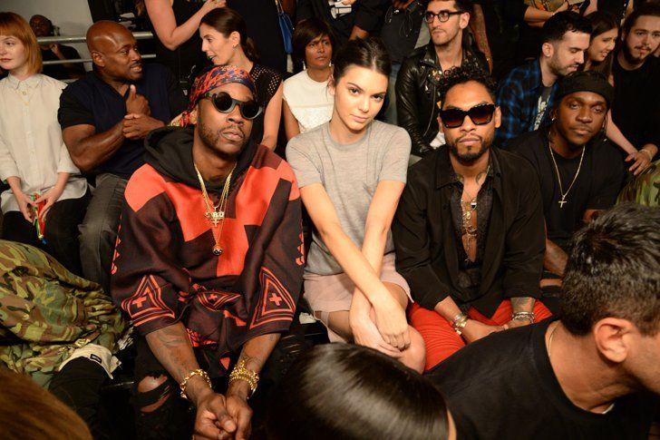 Pin for Later: Tout ce Qu'il Faut Savoir sur le Défilé Yeezy Saison 2  Kendall a posé avec Miguel et 2 Chainz (qui portait en fait trois chaines).