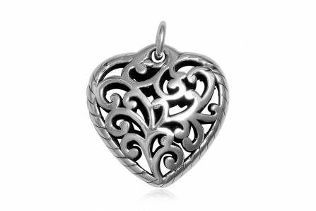 Pandantiv in forma de inima cu broderie din argint. http://www.lafemmecoquette.ro/pandantiv-din-argint-in-forma-de-inima-in-stil-oriental/