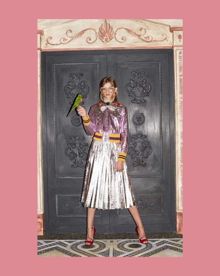 Foto: Gucci Pre-Fall 2016 Collection, Look 17 Paula Schinschel is in a rose crackled leather bomber jacket with yellow-red-blue knitted trim and patch embroidery, a silver metallic leather pleated skirt, T-strap pumps in hibiscus red leather with a mouth detail and rings and a brooch set with colorful Swarovski crystals, velvet and pearl effect glass.