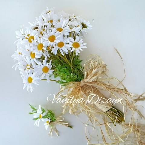 Papatya rustik gelin buketini online satın almak ve gelin teli ile birlikte gelin buketi isteyen gelin adayları için damat yaka çiçeği gelin buketi ile hediyedir.