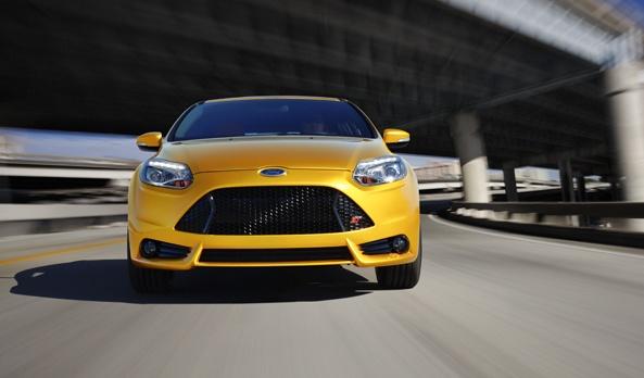 El sistema de alto desempeño resalta en el diseño del escape dual en la parte posterior del vehículo. Entrega un potente gruñido bajo potencia que siempre se asegurá que escuches su emoción proveniente del interior del cofre. El Focus ST viene equipado con una caja de sonido diseñada para enriquecer los sonidos naturales del vehículo capturando las oscilaciones de éste proyectándolas al interior del vehículo. #Ford #FocusST2013