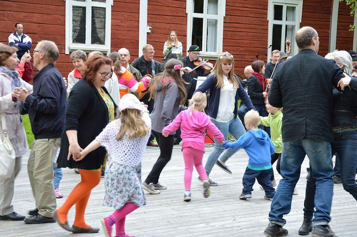 Illan kruunaa Oulun Pammauksen tahdittamat juhannustanssit. Myös lapset intoutuivat laittamaan jalalla koreasti. Oulu (Finland)