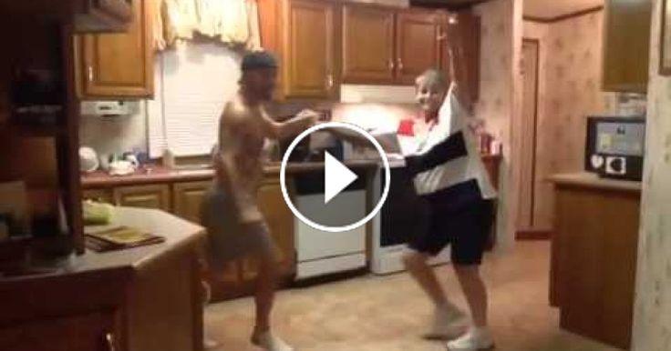 Der Sohn überredet die Mutter zu einem Tanz in der Küche. Doch bei 0:28 gehen mir die Augen über. - http://1pic4u.com/2016/06/16/der-sohn-ueberredet-die-mutter-zu-einem-tanz-in-der-kueche-doch-bei-028-gehen-mir-die-augen-ueber/