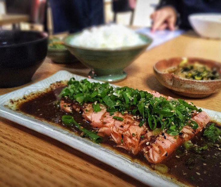 Outro lugar para almoçar bem gostoso na região da Vila Madalena/Pinheiros é o @hirasp  restaurante localizado no antigo AK Vila. Lá servem um menu executivo de primeira que inclui vários pratos gostosos como lamens elaborados  yakissobas grelhados  e teishokus  (tipo um PF japonês). Na foto um dos nossos teishokus favoritos: tataki de salmão  com um molhinho incrível acompanhado por missoshiro gohan  (arroz) sunomono (pepino agridoce) e uma outra saladinha que esquecemos . Custa R$45 e é…