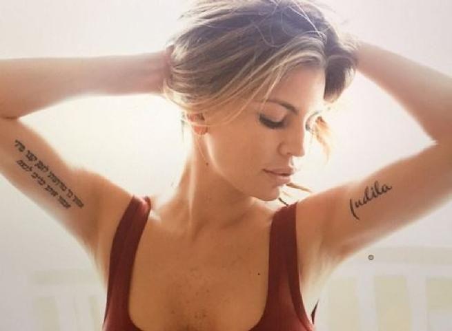 Claudia Galanti si tatua il nome della figlia morta