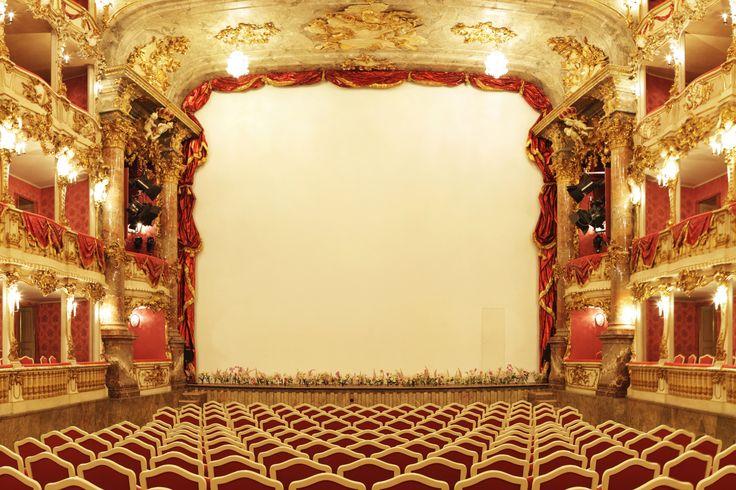 Êtes-vous prêts à découvrir les mots et les expressions du théâtre? Allez, dépêchez-vous! Le rideau s'est levé!