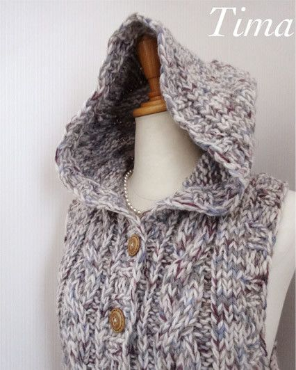 フード付きのアラン模様のベストを編みました。ウール100%なので、とても暖かいです。色は白とグレー、紫系の毛糸を合わせたミックスで杢のようなニュアンスになって... ハンドメイド、手作り、手仕事品の通販・販売・購入ならCreema。