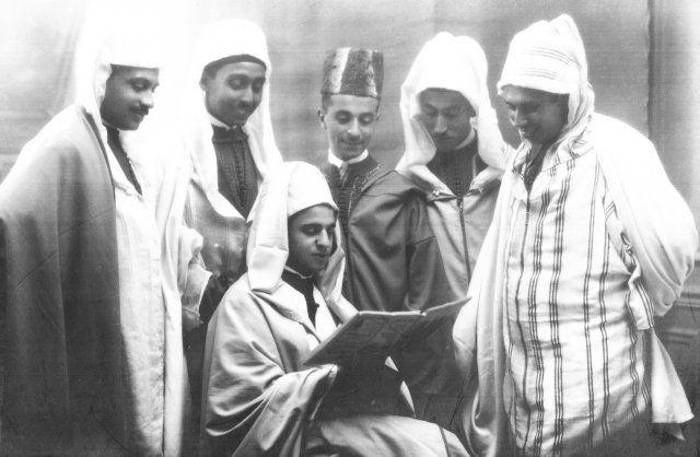 Haj Ahmed Balafrej, assis. debout à sa gauche: Mohammed Hajji à côté de Mohammed Zouaoui - Tout-à-fait à gauche de la photo : Abdellatif Sbihi - Photo datant de 1927.