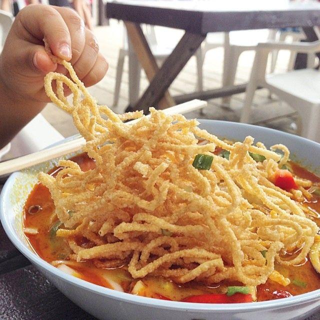 海の家のタイ村でタイ料理 何故湘南の海でタイ料理かは…不明  ただ、夏の日下で食べるタイ料理は暑くくって辛くって、美味しかったですよ  #夏の日 #辛い #美味しい #タイ料理 #海の家 #タイ村