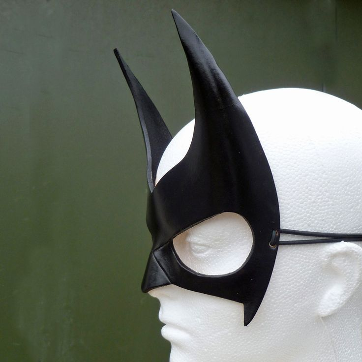 Batwoman Mask in Leather. Batwoman Costume. Batwoman Fancy Dress. Hand Crafted in the United Kingdom. https://www.etsy.com/shop/AliOBrienDesigns