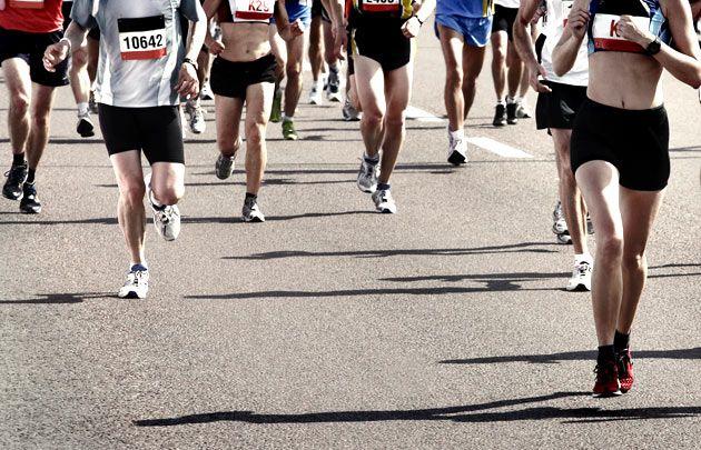 Marathon de Paris. Le départ du Marathon de Paris est donné chaque année depuis l'avenue des Champs-Elysées et ce sont près de 50 000 participants qui vont s'élancer pour achever les mythiques 42,195 kilomètres qui les séparent de la ligne d'arrivée. #Paris #Running #Marathon