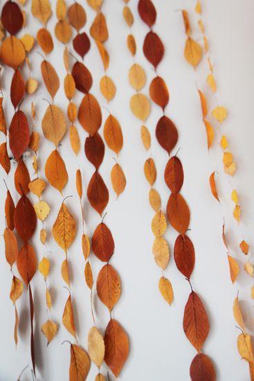 Déco d'automne : une installation de guirlandes de feuilles | Madame Dentelle