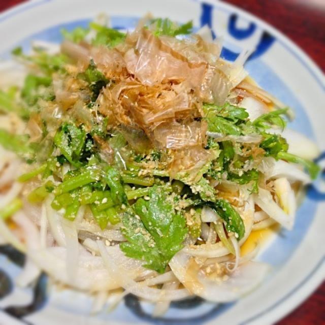 これも一昨日のメニューです。 簡単おいしい◎ - 6件のもぐもぐ - 春菊とオニオンスライスの簡単サラダ by palico