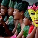 Penari jaranan dan Dewi Sekartaji dengan mbok embannya tengah menunggu waktu tampil dalam acara Kediri Bertutur 26 Februari lalu di  halaman rumah warga Sonoageng yang digunakan untuk lokasi pementasan
